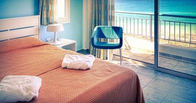 Hotel Room Furniture Bed Balcony  - fietzfotos / Pixabay